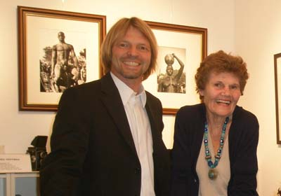 Ausstellung George Rodger, hier Stephen Hoffman mit Mrs Rodger, Foto: Helga Waess