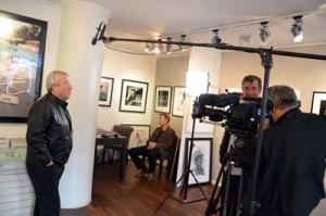 Eckhart Schmidt interviewt Terry ONeill am 18Okt13 GalerieStephen Hoffman, Muenchen, Foto: Helga Waess