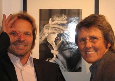 "Stephen Hoffman und Nomi Baumgartl vor Nomi's ""Andreas Feininger-Portrait"" in der Galerie Stephen Hoffman , Foto: Helga Waess"