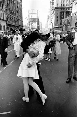 Alfred Eisenstaedt, VJ Day, Times Square, NY, August 14, 1945 A jubilant American sailor kissing a white-uniformed as thousands jam Times Square to celebrate VJ day and the end of WWII. - Galerie Stephen Hoffman - Munich