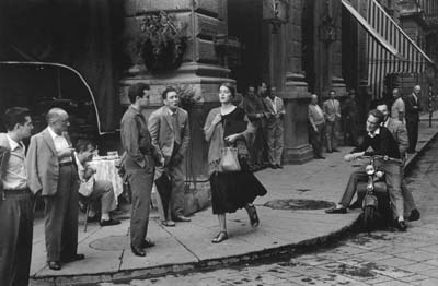 """Ruth Orkin, """"American Girl in Italy"""" aus der Photo-Serie """"Don't Be Afraid to Travel Alone"""", 1952, Galerie Stephen Hoffman - München"""