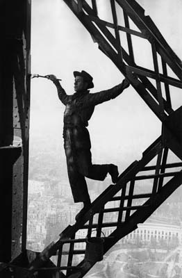 Paris, 1953. Le peintre de la Tour Eiffel.