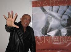 Franco Fontana vor Ausstellungsplakat - Foto: Helga Waess