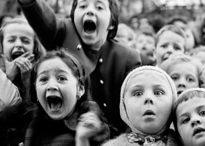 Alfred Eisenstaedt, Kinder im Puppentheater / Children at a puppet theatre, Paris, 1963, Galerie Stephen Hoffman