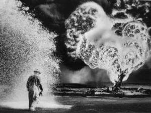 Sebastião Salgado - Feuerwehrmann auf brennendem Ölfeld, Greater Burhan Oil Field, Kuwait, 1991, Galerie Stephen Hoffman, München