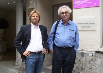 Stephen Hoffman mit Elliott Erwitt vor der Galerie in München , 2005, Foto: Helga Waess