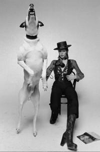 """Terry O'Neill, Diamond Dogs, 1974 - Terry O'Neill: """"Der Blitz erschreckte den Hund, so dass er danach schnappen wollte - eine Session für das Diamond Dogs-Album, Galerie Stephen Hoffman, Munich"""