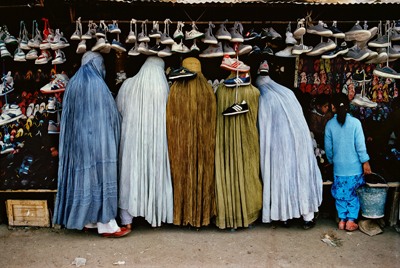 Steve McCurry, Woman at shoe store, Kabul, Afganistan, 1992