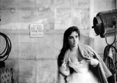 "Bob Willoughby, Elizabeth Taylor dresses for a scene on MGM's ""Raintree County"", 1956, Galerie Stephen Hoffman, München"