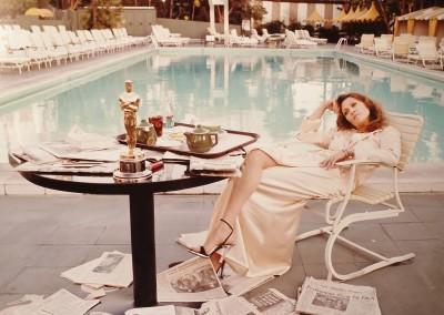 Terry O'Neill, Faye Dunaway am Swimmingpool - der Morgen nach der Oskarverleihung, Galerie Stephen Hoffman