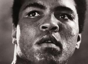 """Michael Brennan, Muhammad Ali - 1977, Galerie Stephen Hoffman 1977 nahm Michel Brennan dieses Foto von Muhammad Ali als """"iconic"""" auf. Die Photographie """"1977"""" wird in der musealenDauerausstellung der National Portrait Gallery, Smithsonian Institute (USA) ausgestellt."""