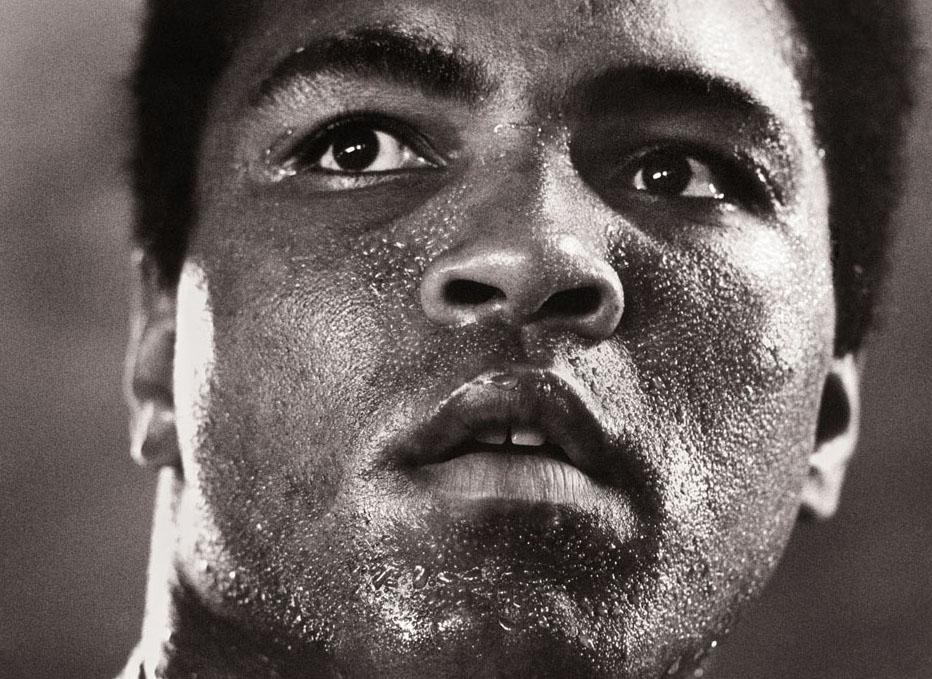 """Michael Brennan, Muhammad Ali - 1977, Galerie Stephen Hoffman 1977 nahm Michel Brennan dieses Foto von Muhammad Ali als """"iconic"""" auf. Die Photographie """"1977"""" wird in der musealen Dauerausstellung der National Portrait Gallery, Smithsonian Institute (USA) ausgestellt."""