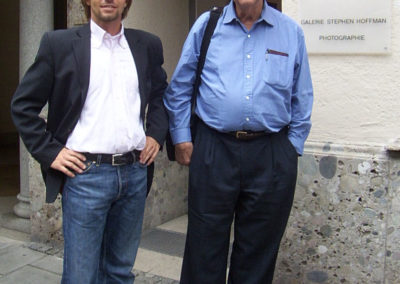 Stephen Hoffman mit dem Magnum Photographen Elliott Erwitt im Jahr 2005 vor der Galerie Stephen Hoffman in der Prannerstrasse in München, Foto Helga Waess