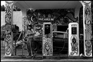 Dennis Stock, PAR89231 - road people, Hippie gas station, 1971