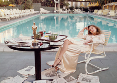 """Terry O'Neill, Faye Dunaway - 1977 - das ICON-PHOTO entstand am Morgen nach der Oscar-Verleihung für die Filmsatire """"Network"""" Pool des berühmten """"Beverly Hills Hotels"""" Galerie Stephen Hoffman - Munich"""