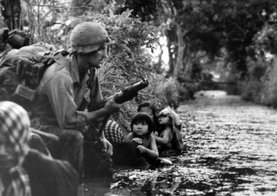 Horst Faas, 1. Januar 1966, Vietnam: Zwei südvietnamesische Kinder schauen zu den amerikanischen Soldaten auf, welche ihre Flucht sichern. © The Associated Press
