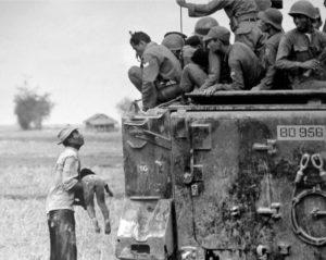 Horst Faas, Vietnam, 19. März 1964: ein Vater hält südvietnamesischen Soldaten anklagend die Leiche seines Sohnes entgegen. Diese Photographie gehörte zu den Aufnahmen, für die Horst Faas 1965 den Pulitzerpreis erhielt © The Associated Press - GSH
