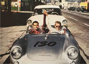 Rolf Wütherich und James Dean im Porsche., Los Angeles, 30. September 1955, Copyright für dieses Foto hat Werner Eisele: Rolf Wütherich, Porsche Werksmechaniker und James Dean posieren für das letzte glückliche Foto im Porsche 550