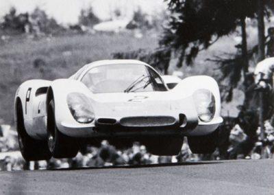 Werner Eisele, Porsche - am Nürburgring - Jo Siffert und Vic Elford begeistern im schneeweißen Porsche, Galerie Stephen Hoffman