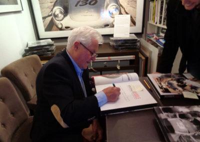 """Werner EIsele signiert """"Motor Racing Photography"""" in der Galerie Stephen Hoffman , Foto: Helga Waess"""