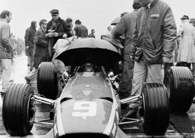Werner Eisele, 2 Minuten bis zum Start, Formel 1, Jacky Ickx und Ferrari-Rennleiter Mauro Forghieri, Grand Prix, Nürburgring 1968, Galerie Stephen Hoffman, München