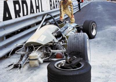 Werner EIsele, Grand Prix von Monaco 1970, der Amerikaner Randy Shepard mit seinem zerstörten Formel-Rennwagen, Galerie Stephen Hoffman, München