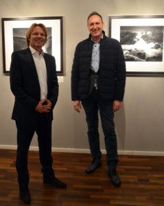 Francesco Bosso mit Stephen Hoffman während der Vernissage (Presse-Foto: Helga Waess)
