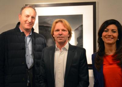 Francesco Bosso mit Frau und Stephen Hoffman während der Vernissage am 21. Mai 2015 (Presse-Foto: Helga Waess)