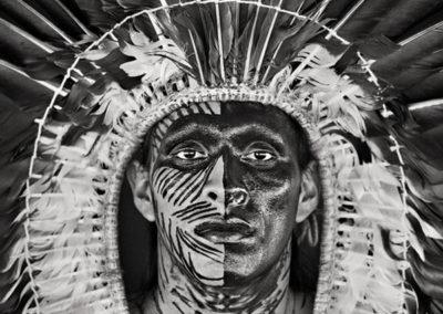 Sebastião Salgado,, Adão Yawanawá mit einem Kopfschmuck aus Adlerfedern. Dorf Nova Esperança, Rio Gregório Yawanawá Indigenes Territorium, Bundesstaat Acre, 2016, Galerie Stephen Hoffman, München