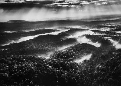 Sebastião Salgado, 49. Während der Hochwassersaison kündigen schwere Wolken bevorstehende Regengüsse an, während die starke Verdunstung Mikrowolken bildet, die aufsteigen, um den Kreislauf des Wassers zu erneuern, Indigenes Schutzgebiet Awá-Guajá, Bundesstaat Maranháo, 2013, Galerie Stephen Hoffman-Muenchen