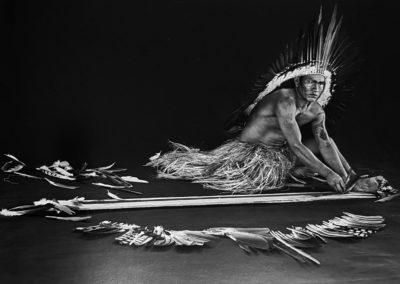 Sebastião Salgado, 227. Yawanawá. Miró (Viná) Yawanawá fertigt Federschmuck an, ein Handwerk, das gründlich erlernt werden muss. Indigenes Schutzgebiet Rio Gregório, Bundesstaat Acre, 2016, Galerie Stephen Hoffman-Muenchen