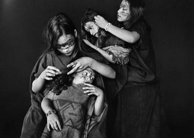 Sebastião Salgado, 197. Die ASHÁNINKA-Mädchen Xara, Kamorishi, Bianca und Ana Shina (von oben nach unten) geben vor, Läuse zu suchen. Indigenes Schutzgebiet Kampa do Rio Amônea, Bundesstaat Acre, 2016, Galerie Stephen Hoffman-Muenchen