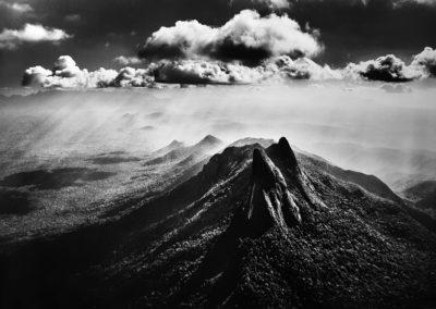 """Sebastião Salgado, 71. Der Pico Guimaráes ist mit 2105 Metern Höhe der Gipfel des Imeri-Gebirgszuges. Die Bergkette entstand vor etwa 65 Millionen Jahren, als sich ein Teil der dortigen Erdkruste zu Picos oder aus dem Wald emporragenden """"Inselbergen"""" aufwarf, Indigenes Schutzgebiet der Yanomami, Bundesstaat Amazonas, 2018, Galerie Stephen Hoffman-Muenchen"""