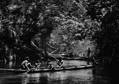 Sebastião Salgado, 169. Typische Kanus für mehrere Personen: Fischen mit Timbó (Derris elliptica) oder Kunaha im Pretao, den die Indigenen Jukihi nennen, Indigenes _Schutzgebiet dr Surovahá, Bundesstaat Amazonas, 2017, Galerie Stephen Hoffman-Muenchen