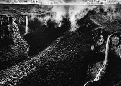 "Sebastião Salgado, 41. Nationalpark Serra do Araca. Die Wasserfälle El Dorado (hinten ) und El Desabamento (vorn), Tafelberge ""Tepuis"", Bundesstaat Amazonas, 2019, Galerie Stephen Hoffman-Muenchen"
